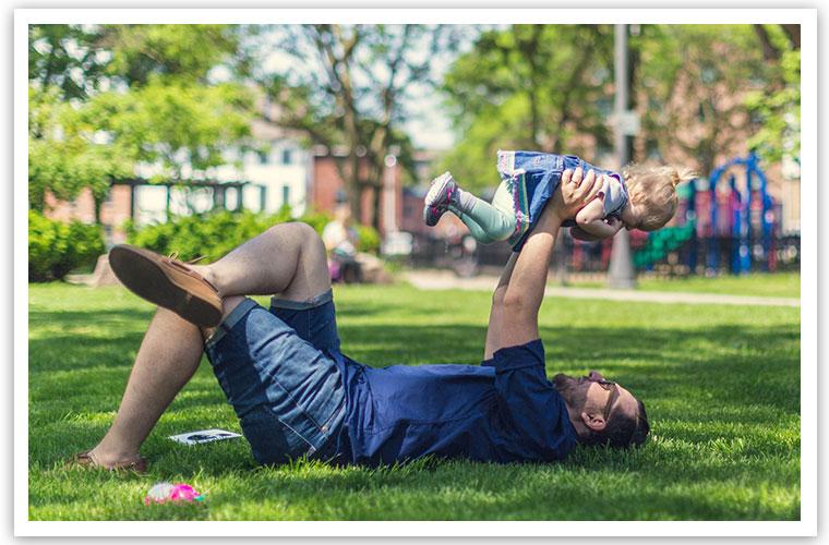 Hier würden Sie eine Person sehen, die ein Kind in die Luft hebt
