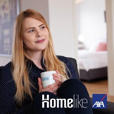 Hier würden Sie das Bild einer Person sehen, die sich mit optimalem Versicherungsschutz von AXA in ihrem möblierten Apartment von Homelike wohlfühlt.