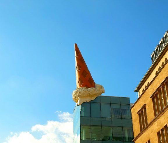 Hier würden Sie ein Kunstwerk am Neumarkt in Köln sehen, wo wir möblierte Wohnungen vermitteln.