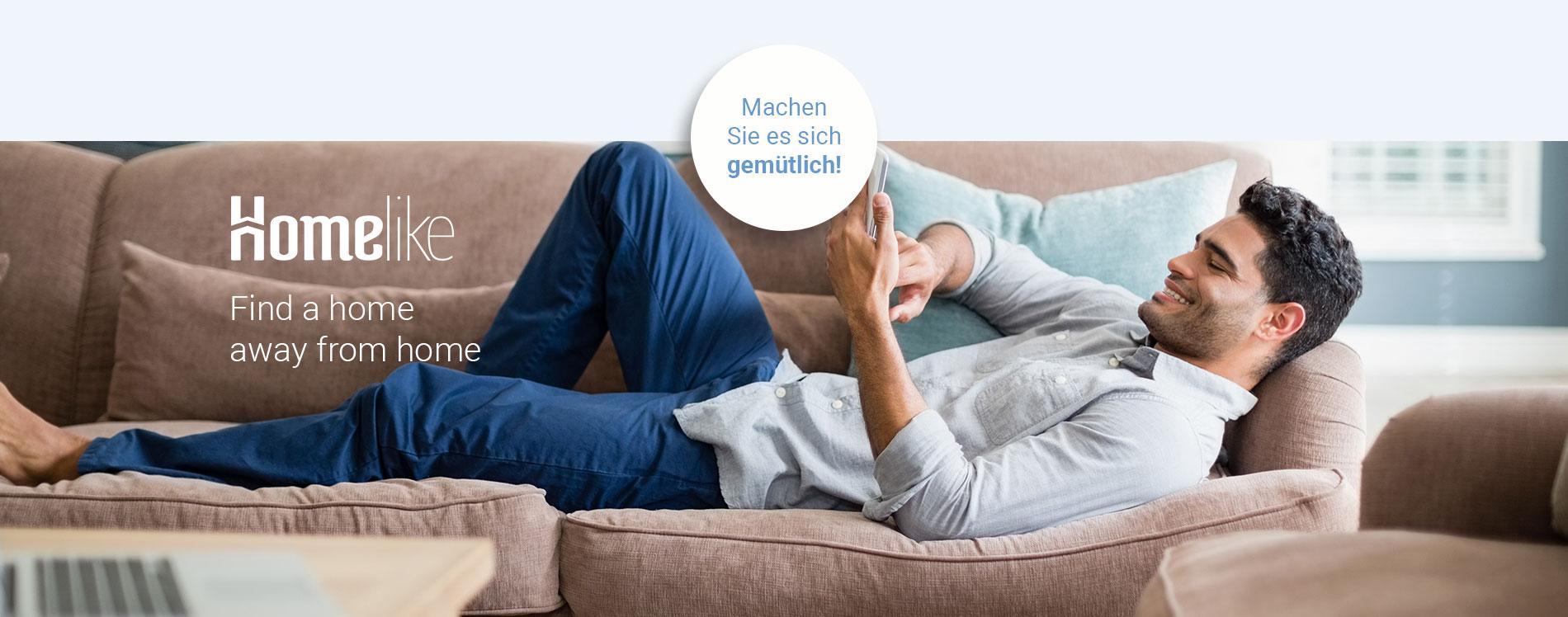 Hier würden Sie einen Geschäftsreisenden sehen, der es sich auf der Couch in seinem möblierten Apartment von Homelike gemütlich macht